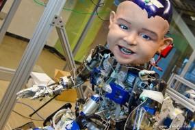 科学家用娃娃脸机器人研究婴儿微笑的原因