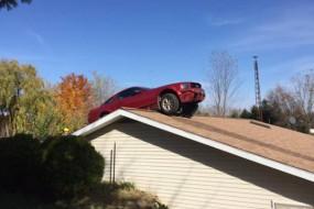 吓人!老太屋里看电视突然一汽车飞上房顶