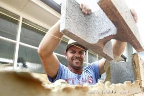 澳洲泥瓦匠告急 可技术移民每天挣4000元