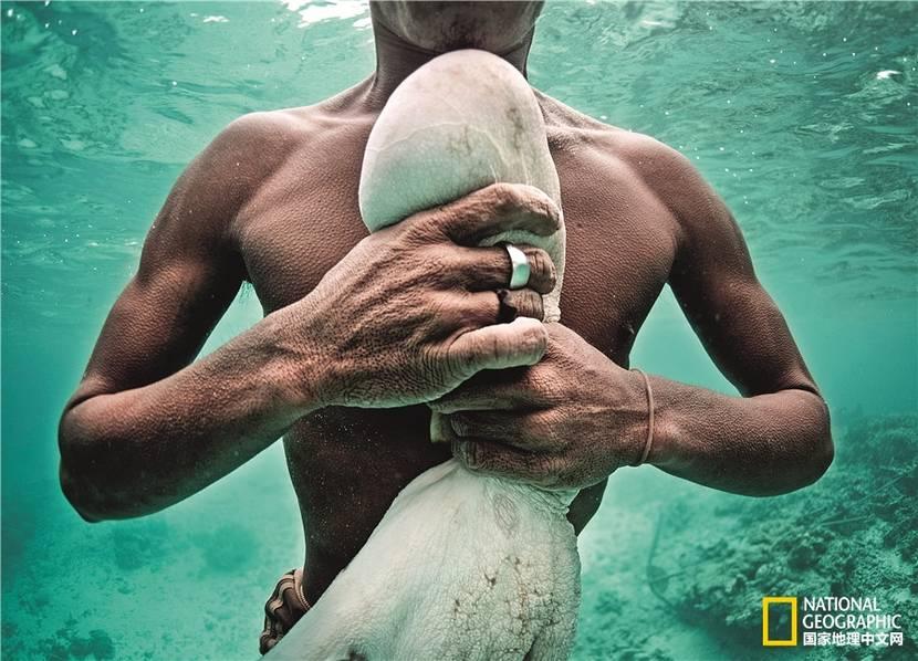 最后的海上放牧人:自幼就会把耳膜弄破