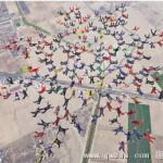 202人合体跳伞打破世界纪录 最老70岁