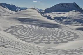 男子雪地步行走出巨幅雪画