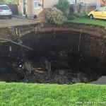 英国一小区地面突然塌陷出现巨坑