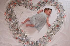 被注射器包围的婴儿