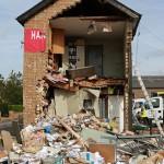 笨贼开挖掘机偷ATM机 毁掉二层楼空手而归
