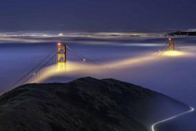 俯瞰大雾笼罩下的城市 飘渺入如仙境