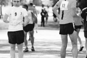 澳男子挑战倒着跑马拉松