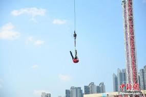 大师身捆铁链30米高空上演大逃脱