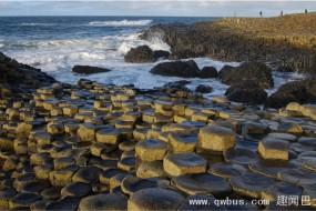 科学家解开六边形岩石之谜