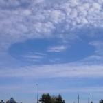 加拿大天空出现巨洞 仿佛开启时空之门