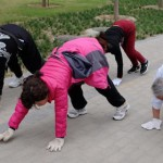 公园惊现爬行族 专家:比暴走更锻炼