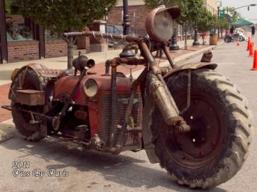 男子用旧拖拉机攒出拉风摩托车