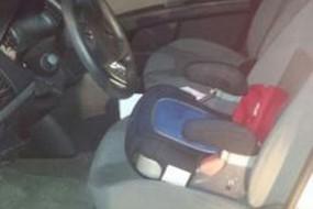 12岁男孩坐增高椅开车被警察查获