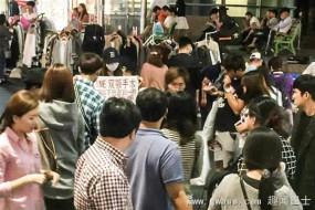 中国多名赴韩整容失败女孩在首尔街头抗议