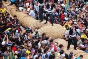 日本拔河赛数十万人参与 绳长2百米重40吨