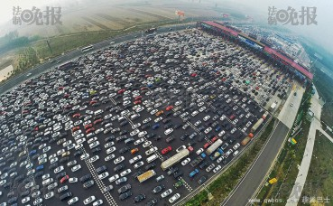 航拍进京入口大塞车 堵到地老天荒 密集症患者慎入!