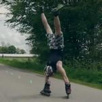 小伙喜欢倒立和轮滑 将二者结合发明新玩法