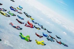 天空就是舞台 翼装飞行者组队翱翔