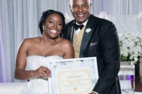美国新娘婚礼现场亮处女证书