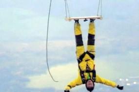 为测试强力胶他把自己倒粘在高空热气球下