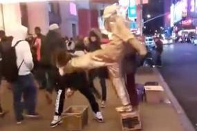 街头雕塑突然复活上演全武行 一脚踢倒偷钱小偷