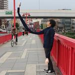 日本小伙发明超长自拍手臂:袖子太费布料