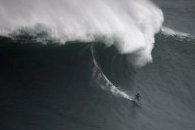 在世界最高巨浪面前人类如此渺小