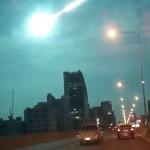 泰国曼谷天空出现明亮火球 发出诡异蓝光