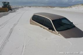 美国佛州受白沙侵袭 汽车都快被吞没