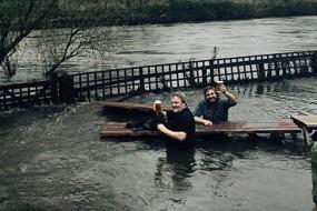 真的是醉了!两酒馆老板在齐腰深洪水中淡定对饮