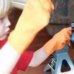 人小鬼大 5岁萌娃帮父亲修理轮胎