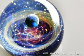 艺术家用玻璃制成灿烂宇宙