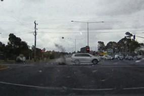 司机险被落地雷击中 幸运逃过一劫