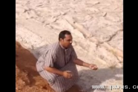 中东罕见沙漠奇观 白色沙河滚滚而来