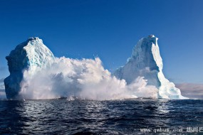 摄影师乘小船拍摄冰山崩塌险被掀翻