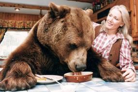 英夫妇养真正熊孩子26年 亲密如家人