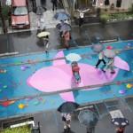 神奇!下雨天路面突然浮现彩色涂鸦