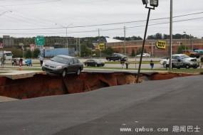 美国平地突现百米天坑 多辆汽车被吞噬