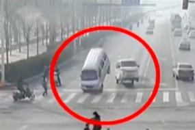 恐怖 :行驶中三辆车突然当街腾空跳舞