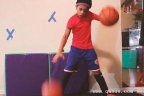 9岁女孩球技惊人 可手脚同时击球