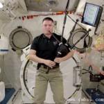 宇航员太空吹特制风笛纪念已故同事