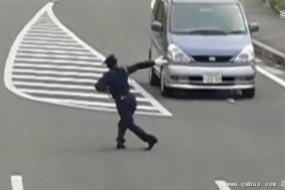 日本奇葩交警扭腰送胯 指挥姿势销魂