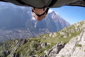 冒险家穿滑翔服体会自由飞翔的感觉