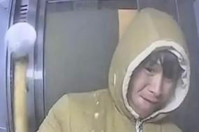 小伙挥锤狂砸ATM机 举止喜感全程被拍