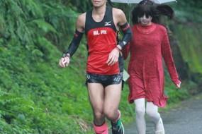 台湾马拉松惊现女鬼追击 选手受惊狂奔