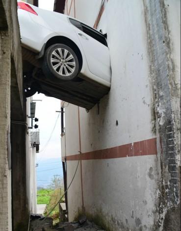 奇葩车祸:轿车一头冲入2楼卧室
