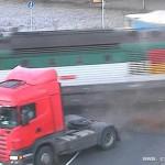 卡车被疾驰火车撞成两截 司机竟安然无恙