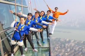 三百米高楼顶建玻璃栈道:走一圈吓瘫了