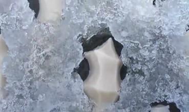 冰冻湖面惊现不明物体 外星生物的蛋?