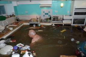 厨房被水淹了 待老夫进去游泳